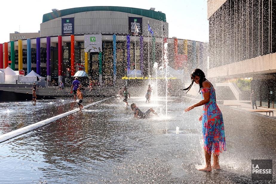 Les fontaines situées sur l'esplanade de la Place... (PHOTO BERNARD BRAULT, LA PRESSE)