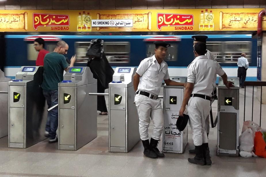 Des policiers dans le métro du Caire.... (AFP)
