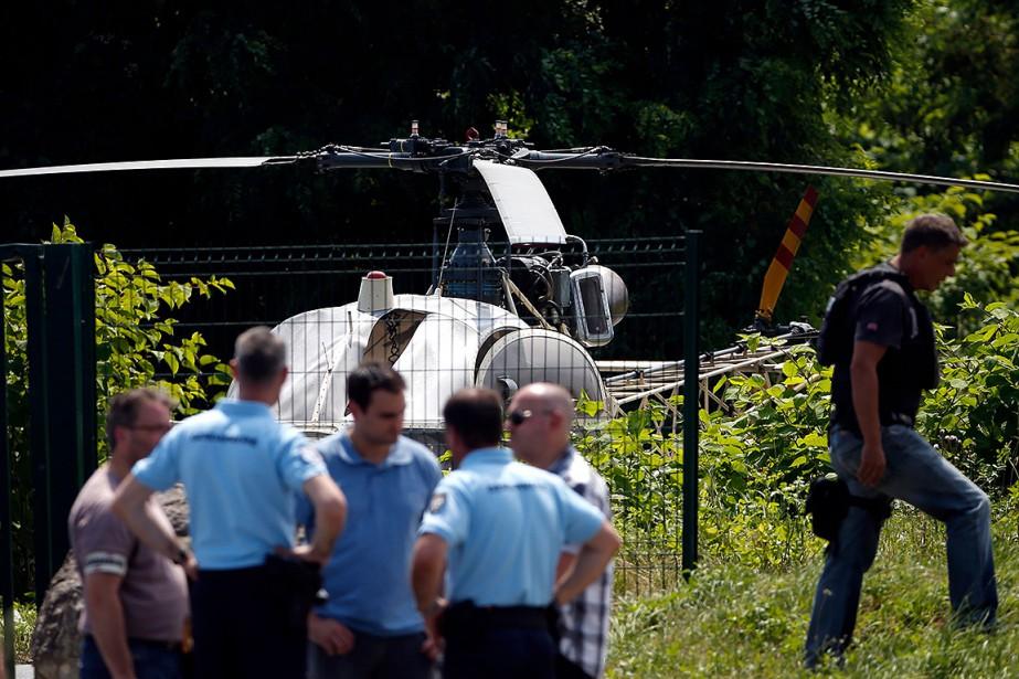 L'hélicoptère abandonné après l'évasion.... (GEOFFROY VAN DER HASSELT, AFP)