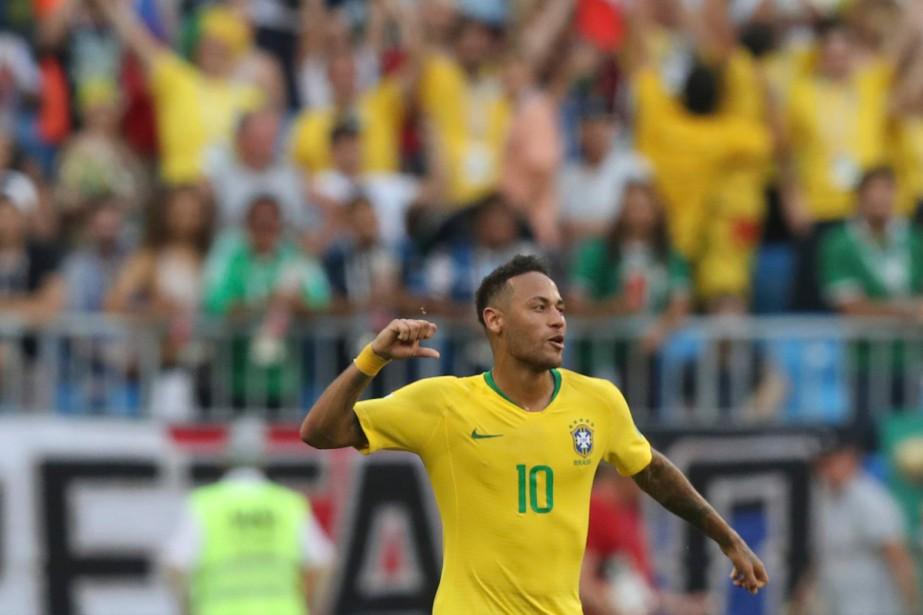 Neymar a été la vedette du match Brésil-Mexique... (Photo AP)