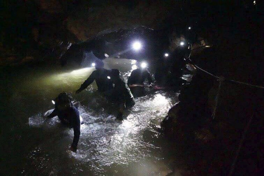 Les opérations de sauvetage pour retrouver les 13... (Tham Luang Rescue Operation Center via AP)