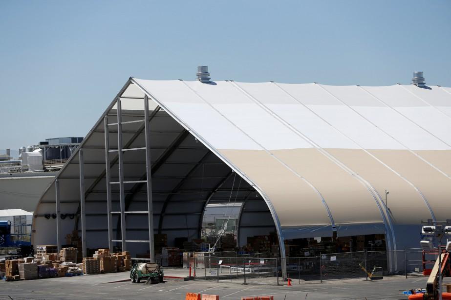 Tesla a érigé une nouvelle chaîne d'assemblage sous un chapiteau (surnommé «la tente») à l'extérieur de son usine à Fremont, en Californie. | 2 juillet 2018