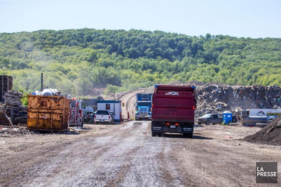 Des résidants d'Okadéplorent la circulation incessantede poids lourds... (Photo Martin Tremblay, La Presse)
