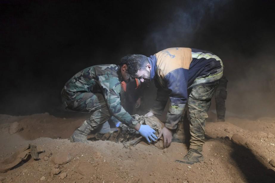 Selon des vestiges de vêtements, certains des corps... (Photo SANA via Associated Press)