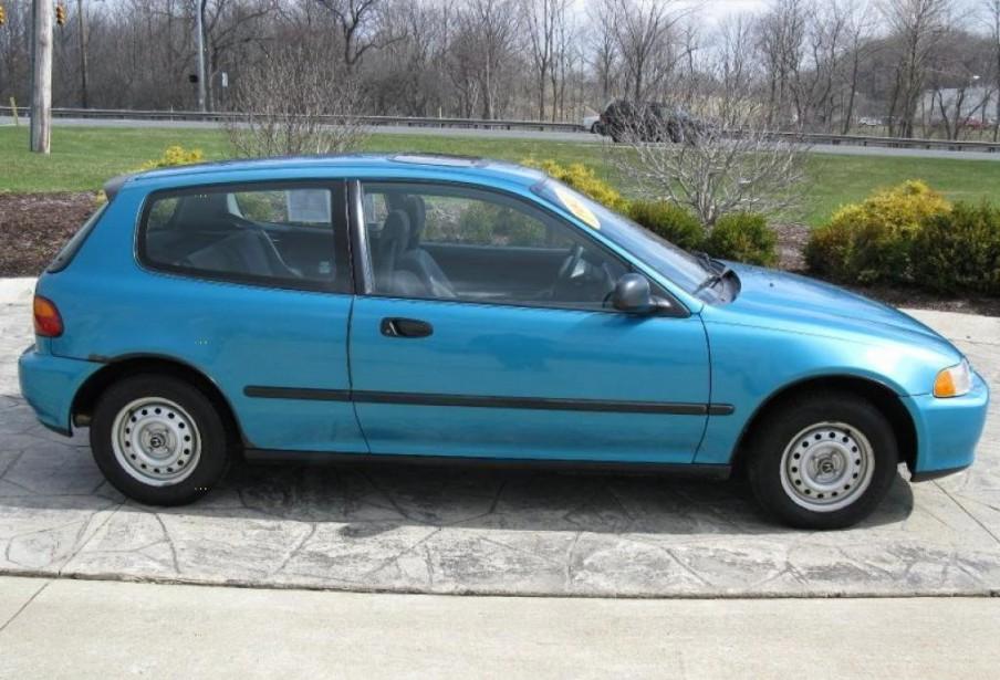 Sa pire voiture - Une Honda Civic d'occasion bleu ciel en 1999 très rouillée, payée 200 $ alors qu'il était jeune père de famille. Un bâton de popsicle remplaçait le bouton de la chaufferette. Les deux ailes en avant battaient au vent. | 3 juillet 2018