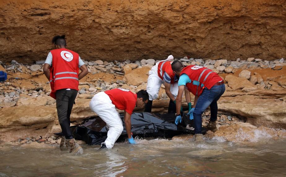 Un corps est repêché au large des côtes... (Photo Mahmud Turkia, Agence France-Presse)