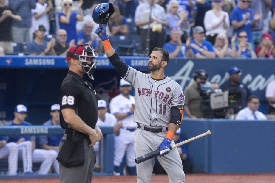 Jose Bautista salue la foule torontoise au moment... (Photo Fred Thornhill, La Presse canadienne)