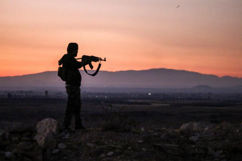 Un rebelle syrien en marge de la ville... (AFP)