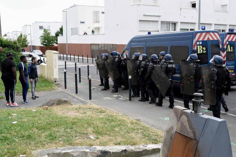 Les violences, qui ont duré une partie de... (PHOTO SEBASTIEN SALOM GOMIS, Agence France-Presse)