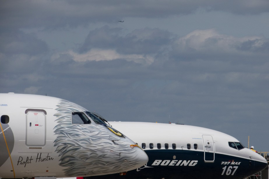 Un Boeing 737 MAX aux côtés d'un Embraer... (REUTERS)