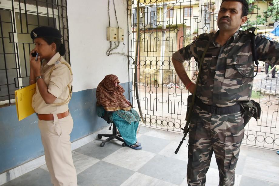 Une religieuse et un autre travailleur d'un foyer... (AFP)