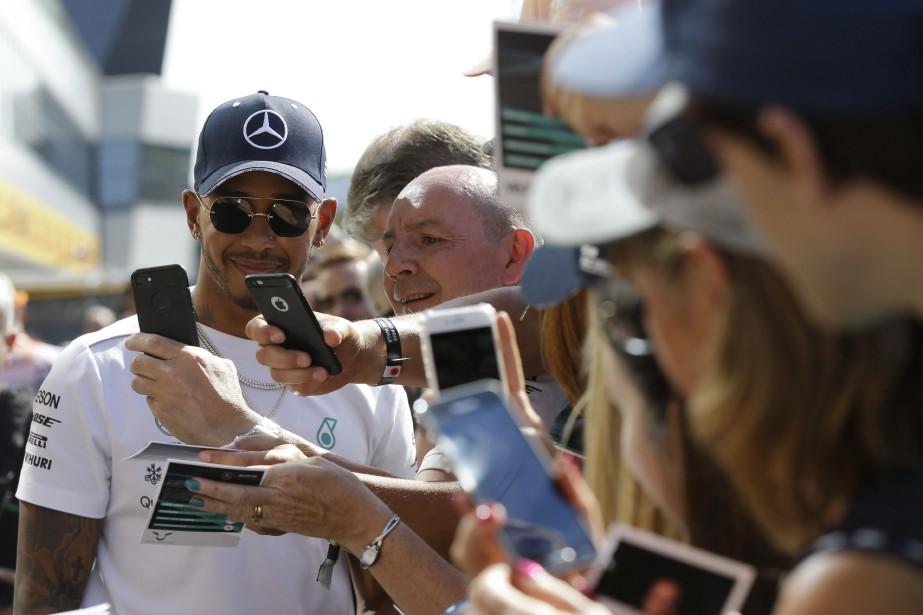 Le pilote britannique Lewis Hamilton était particulièrement sollicité... (photo AP)