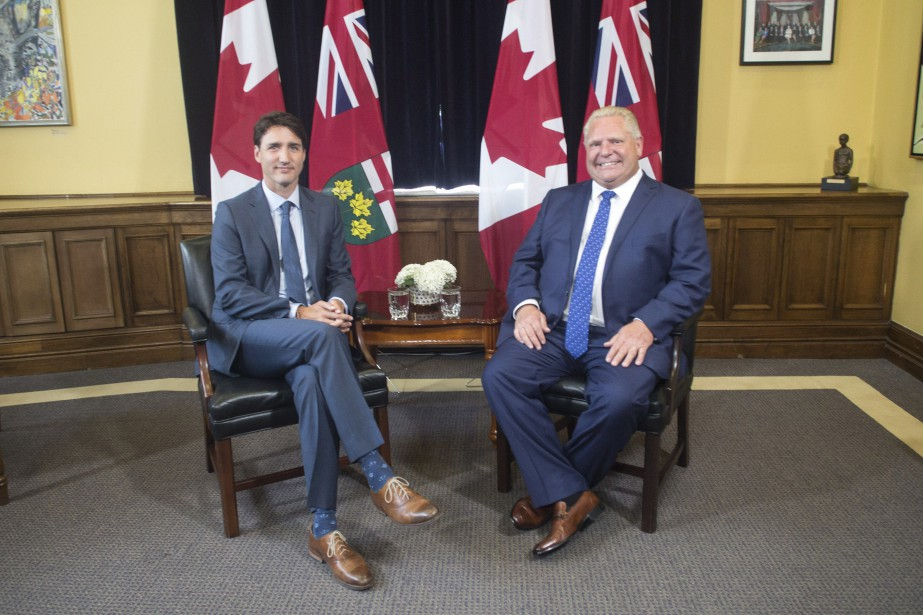Le premier ministre Justin Trudeau aux côtés du... (Photo Chris Young, La Presse canadienne)
