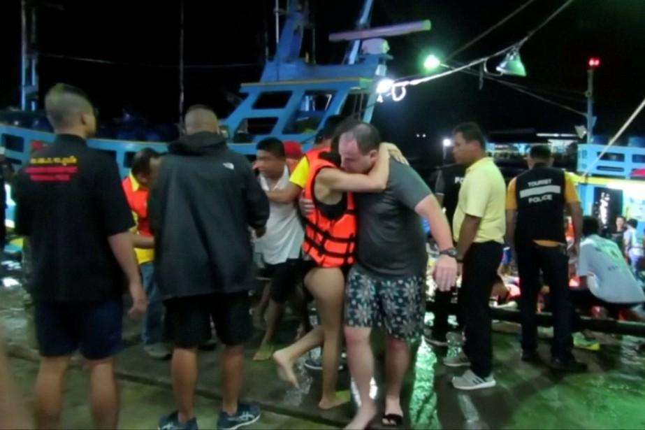 Des survivants ont été recueillis jeudi soir sur... (CAPTURE D'ÉCRAN REUTERS TV)