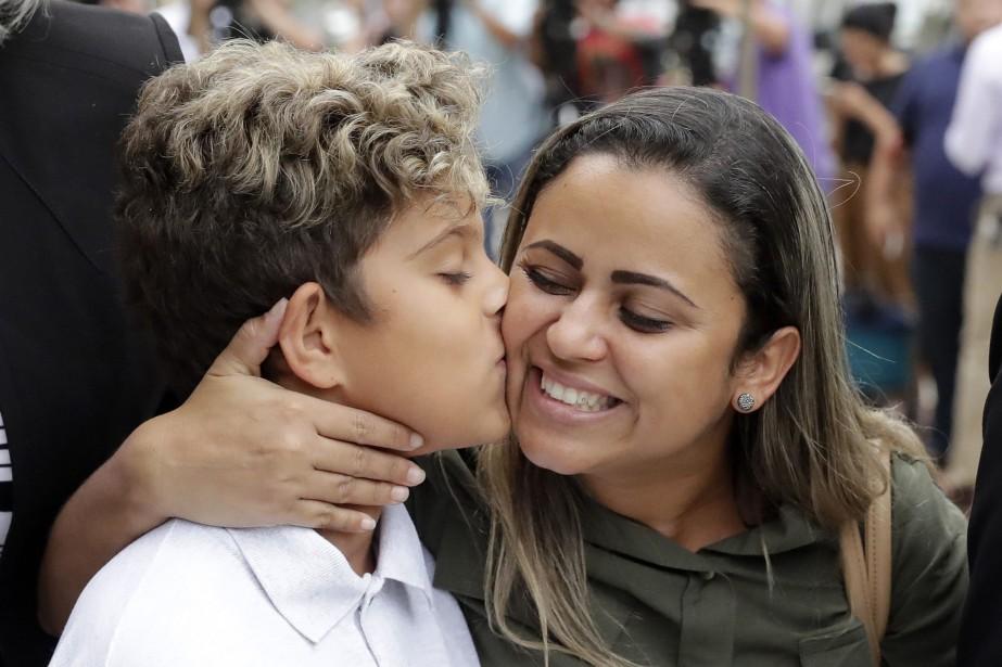 Diego Magalhaes donne un baiser à mère SirleyPaixao... (PHOTO Charles Rex Arbogast, AP)