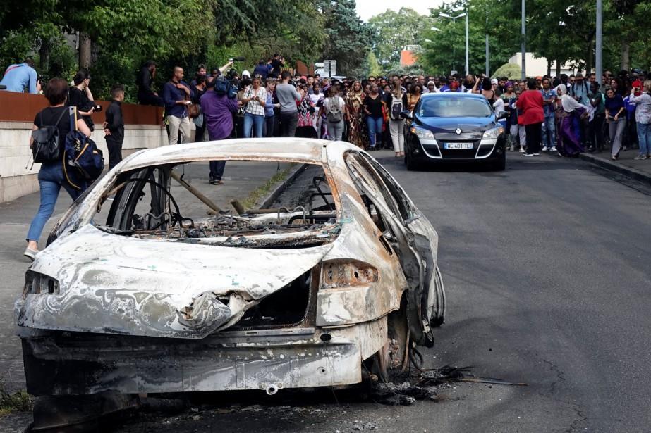 Des gens s'attroupent près d'une voiture qui a... (PHOTO Udi Kivity, REUTERS)