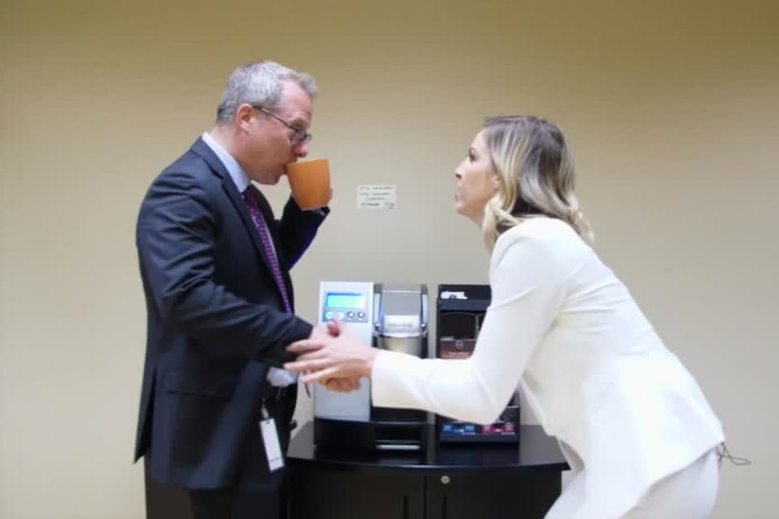 Marie-Lyne Joncas reçoit Philippe Couillard... (Capture d'écran)