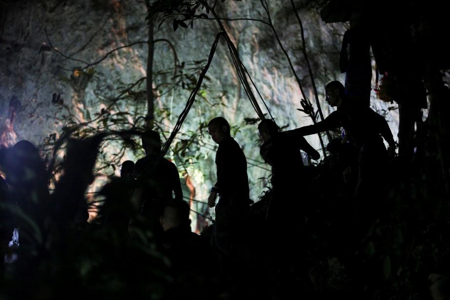 Des militaires sont postés à l'entrée de la... (PHOTO Athit Perawongmetha, REUTERS)