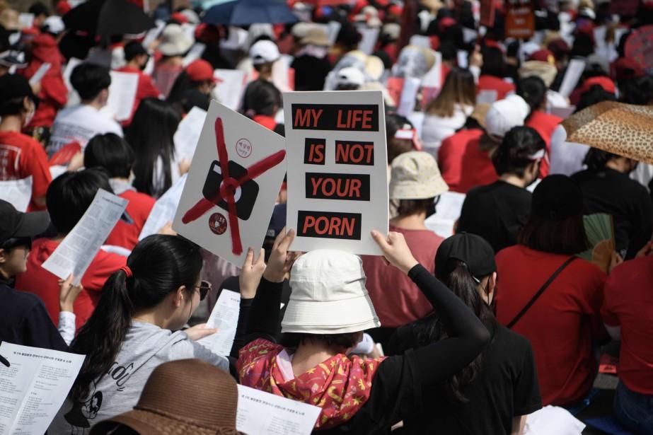 Beaucoup de manifestantes portaient des pancartes ou des... (AFP)