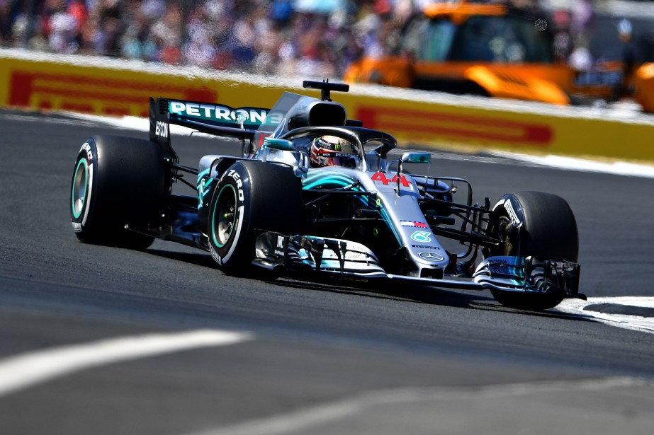 Mercedes' British driver Lewis Hamilton drives during the... (Photo Andrej Isakovic, Agence France-Presse)