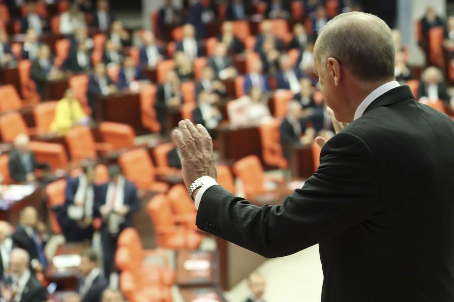 Samedi matin, M. Erdogan a réuni les députés... (AP)