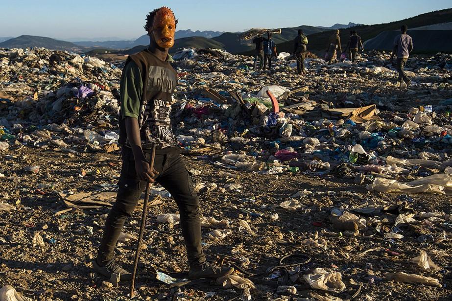 Un camion chargé de poubelles vient déverser sa... (FADEL SENNA, AFP)