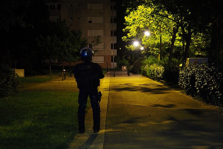 Un policier faisait le guet hier à Nantes... (GUILLAUME SOUVANT, AFP)