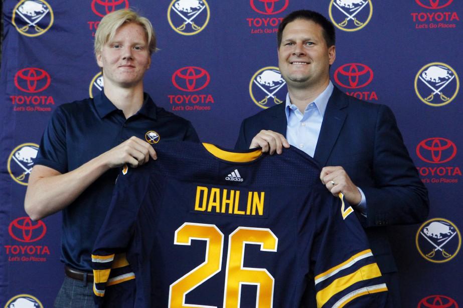 Le défenseur Rasmus Dahlin et le directeur général... (Photo Jeffrey T. Barnes, AP)