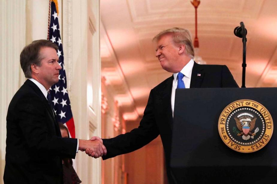 Donald Trump serre la main de Brett Kavanaugh... (PHOTO REUTERS)