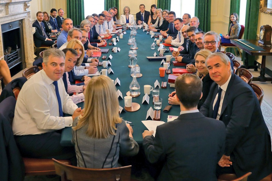 La première ministre britannique Theresa May rencontre son... (Photo AP)