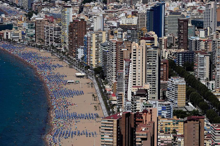 Des édifices à Benidorm, commune d'Espagne caractérisée par... (JOSE JORDAN, archives AFP)