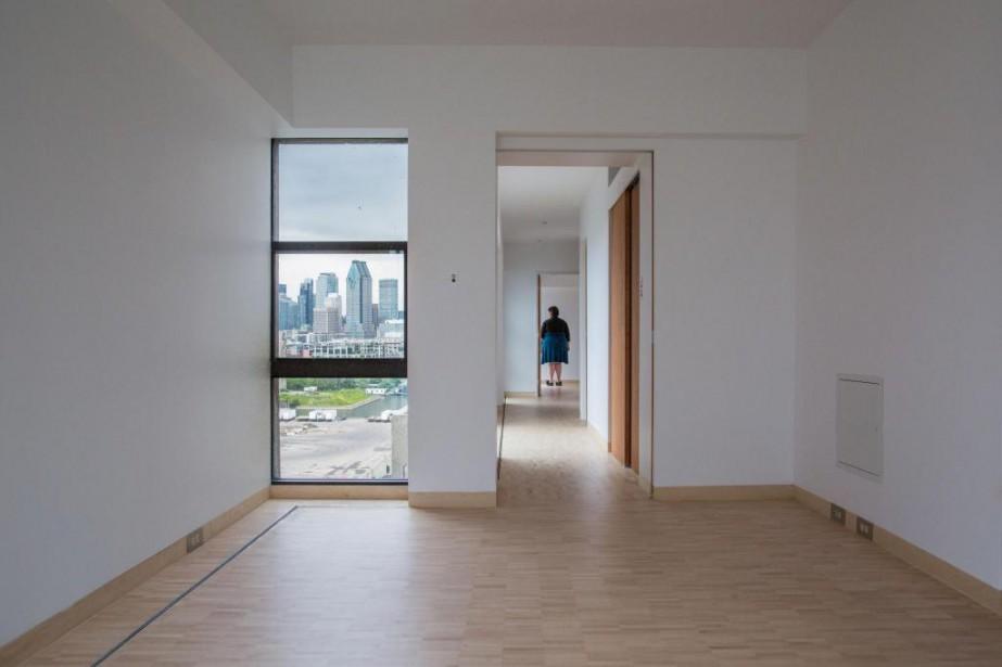 Si le complexe Habitat est classé monument historique de l'extérieur seulement, l'intérieur de cet appartement est le seul qui fait également l'objet d'une protection patrimoniale. On y retrouve ce qui faisait les caractéristiques des logements d'Habitat 67:les lattes de la parqueterie disposées l'une sur l'autre, la démarcation de la grille où sont dissimulés le chauffage et la climatisation, ainsi que les immenses fenêtres qui cadrent des vues plongeantes sur le fleuve. | 10 juillet 2018