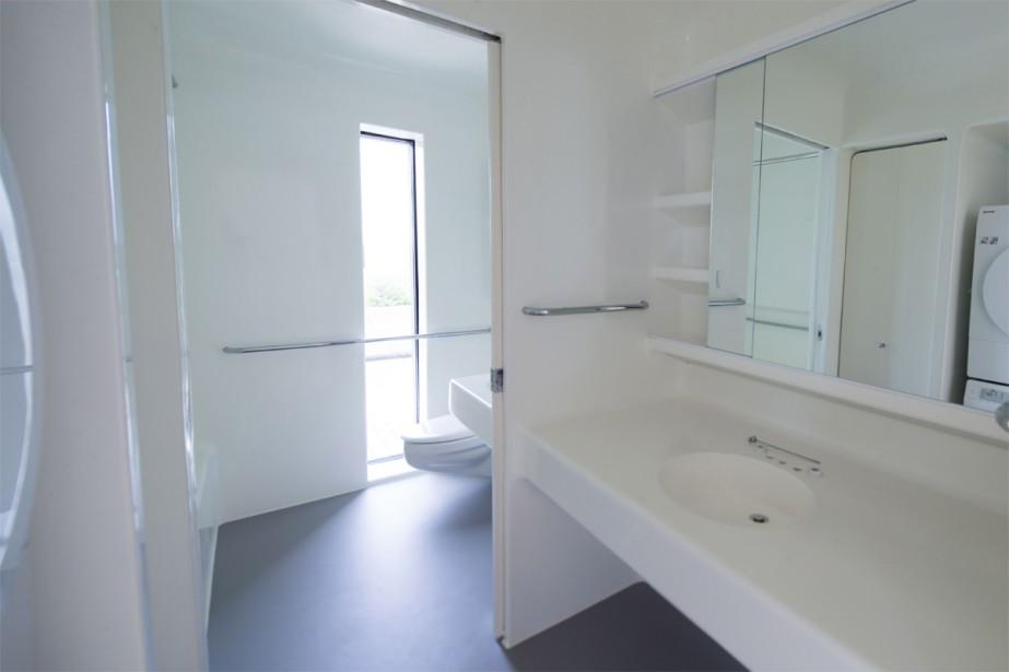 Toujours dans l'optique de préfabrication, les salles de bains aussi étaient modulaires. Elles étaient assemblées à part, puis ajoutées d'un seul morceau dans les appartements à l'aide d'une grue, avant que le cube soit refermé. | 10 juillet 2018