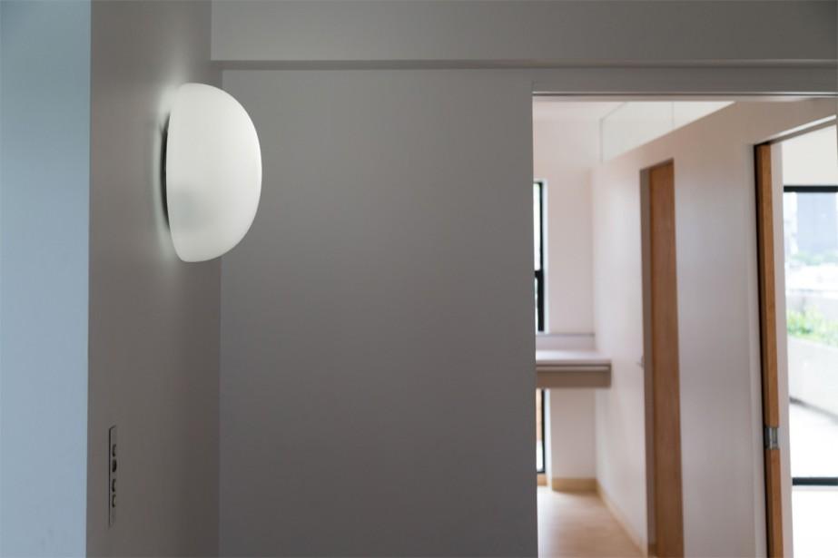 Parmi les détails originaux, notons également les luminaires ronds ainsi que les interrupteurs noir et blanc, qui sont vraiment caractéristiques d'Habitat. | 10 juillet 2018