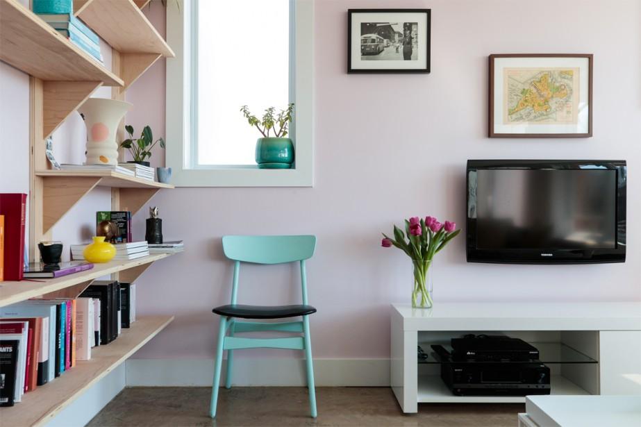 Chaise bleu turquoise: Une chaise de bistrot bleu turquoise a rejoint le salon. (Photo Hugo-Sébastien Aubert, La Presse)