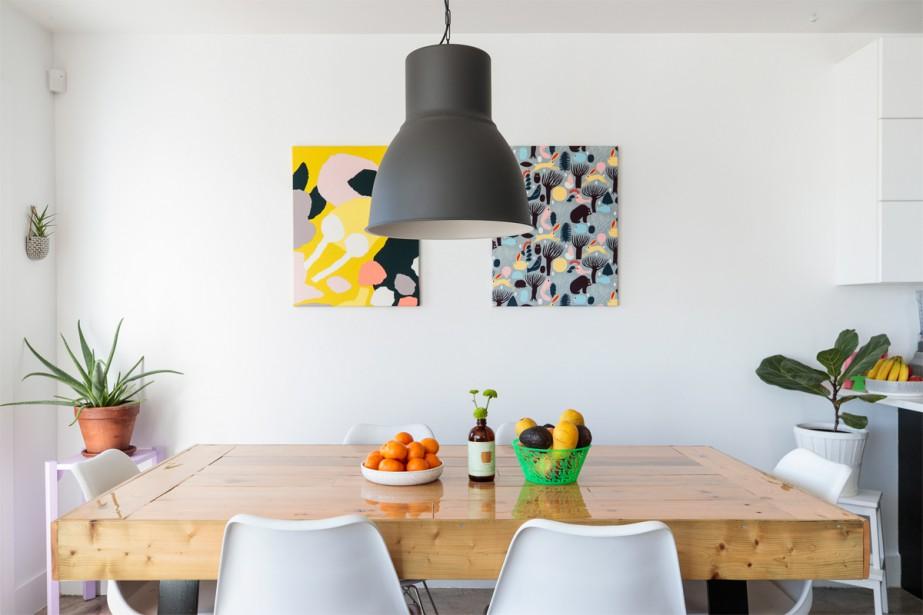Tapisseries finlandaises:La table de salle à manger est composée de planches de caisses récupérées au travail par Cédric. (Photo Hugo-Sébastien Aubert, La Presse)