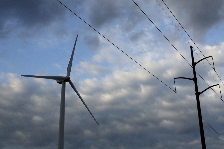 A wind turbine, left, part of the Lost... (Photo Charlie Riedel, archives Associated Press)