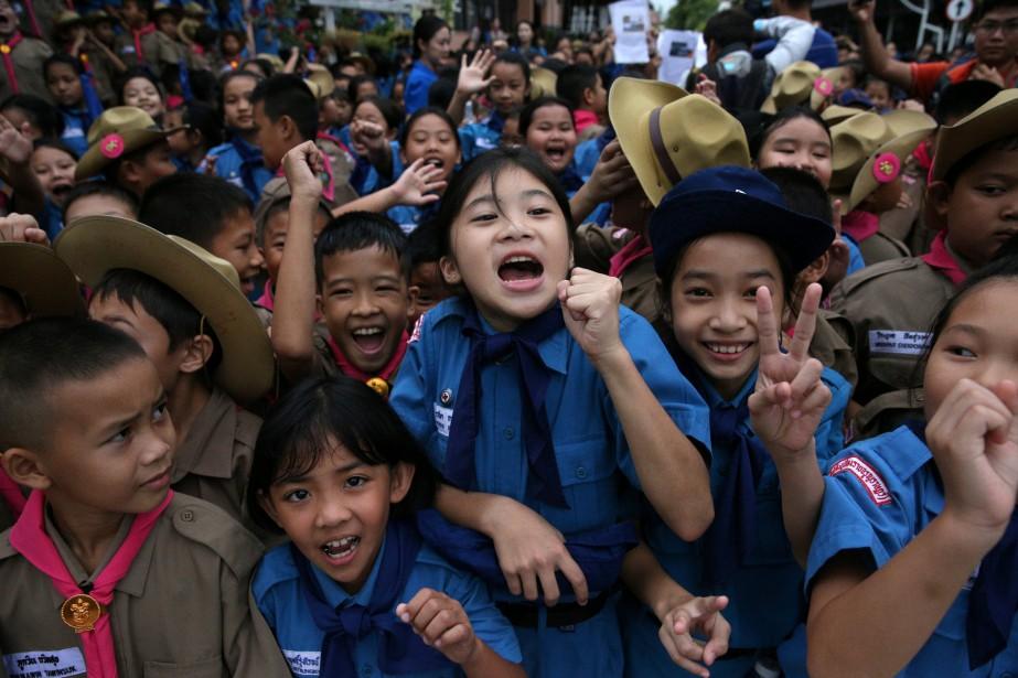 Des étudiants célèbrent devant l'hôpital où sont soignés... (REUTERS)