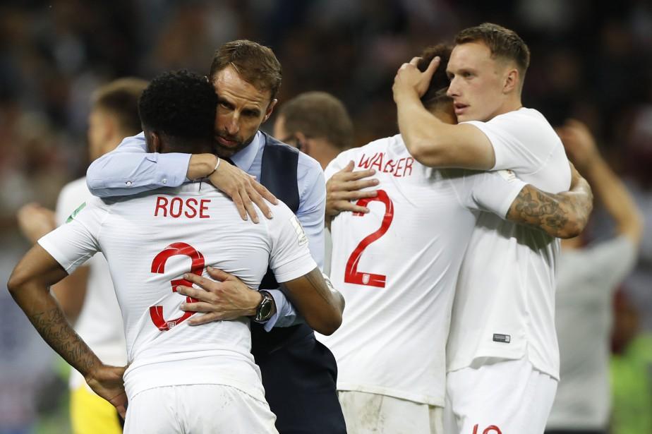 L'entraîneur Gareth Southgate réconforte ses joueurs après le... (PHOTO AP)