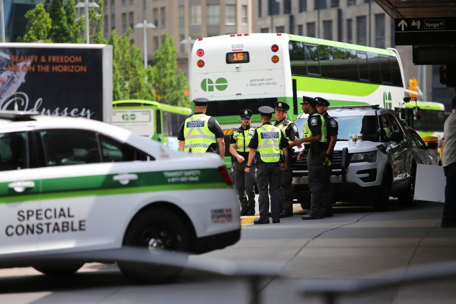 La police était postée devant lagared'autobus Union, dans... (PHOTO REUTERS)