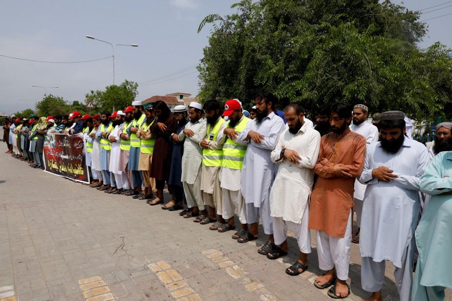 Une foule se recueille à l'extérieur d'une mosquée... (PHOTO Faisal Mahmood, REUTERS)