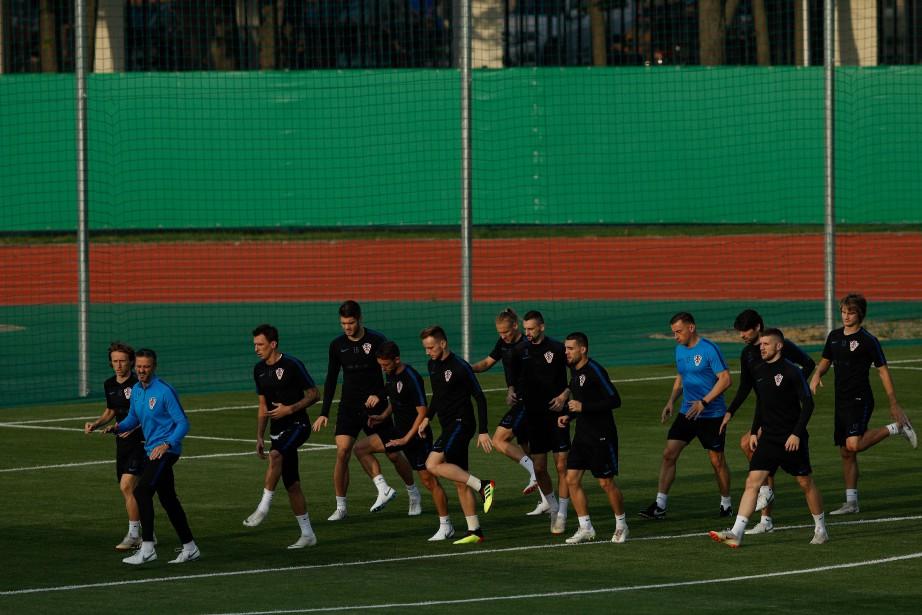 Les joueurs croates s'entraînaient vendredi en vue de... (PHOTO Adrian DENNIS, AFP)
