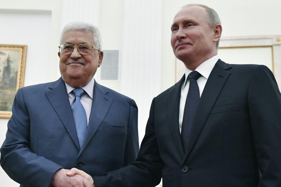 Le président palestinien Mahmoud Abbas et son homologue... (PHOTO Yuri Kadobnov, AP)