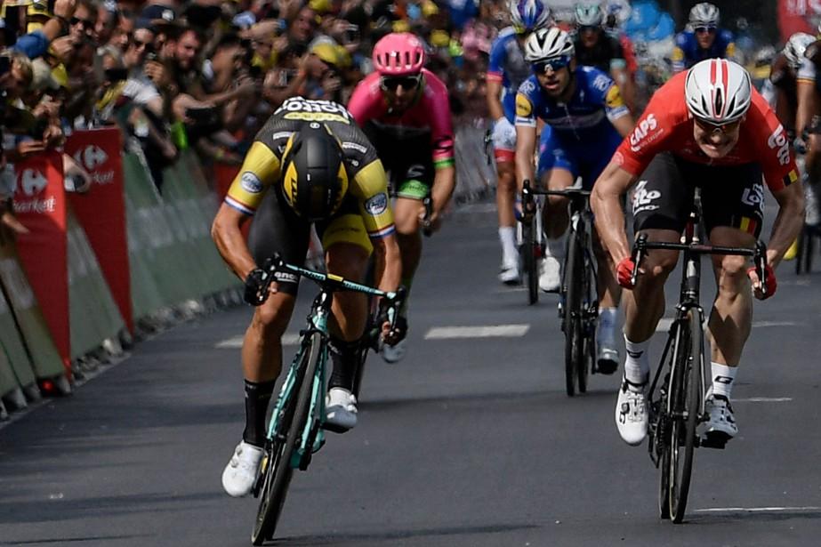 Dylan Groenewegen (gauche) au sprint final de la... (Photo Philippe Lopez, AFP)