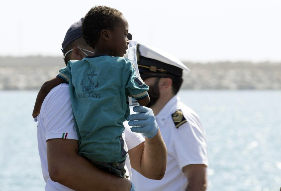 Le débarquement de toutes les femmes et de... (photo Francesco Ruta, ANSA, via l'associated press)