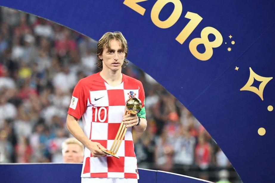 Luka Modric pose avec son trophée à l'issue... (PHOTO AFP)