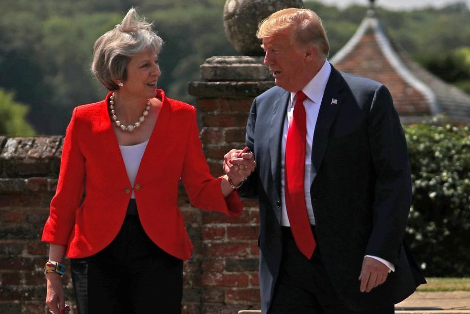Theresa May et Donald Trump se promènent dans... (PHOTO REUTERS)