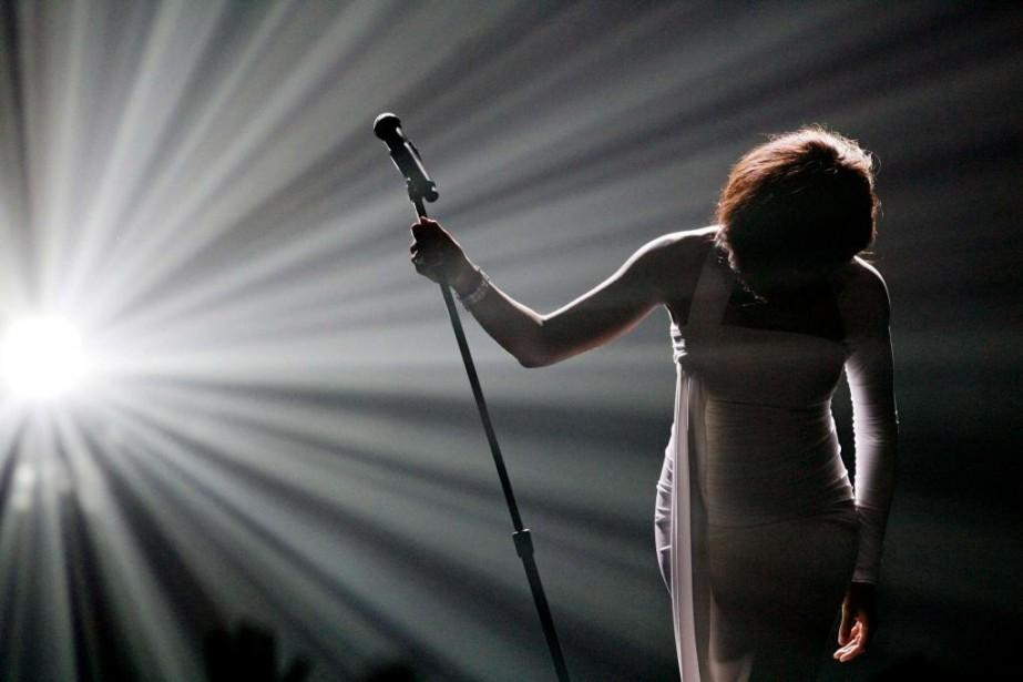 Whitney Houston offre une prestation au gala des... (PHOTO MARIOANZUONI, ARCHIVES REUTERS)