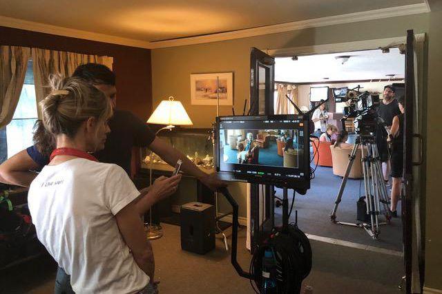 La réalisatrice Louise Archambault (chandail blanc) regarde une... (Photo fournie par les films outsiders)