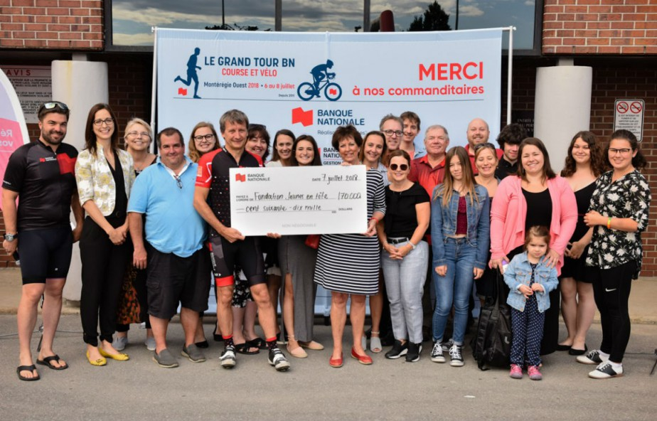 Dominique Fagnoule entouré des organismes, de bénéficiaires de... (Photo fournie par la BN)